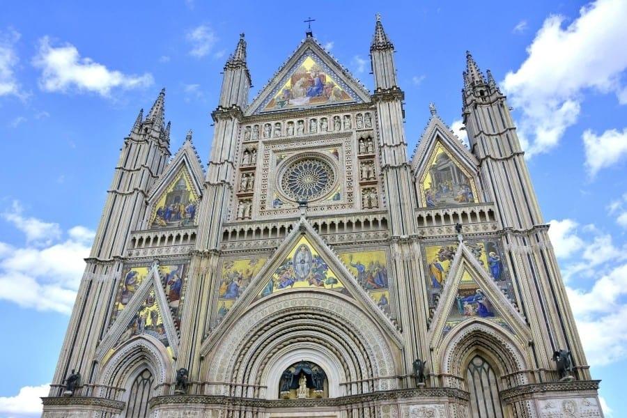 The stunning facade of the Duomo di Orvieto